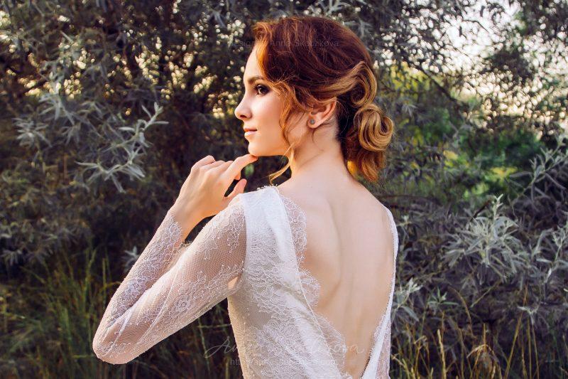 Платье цвета айвори с V-образным декольте от Anna Skoblikova
