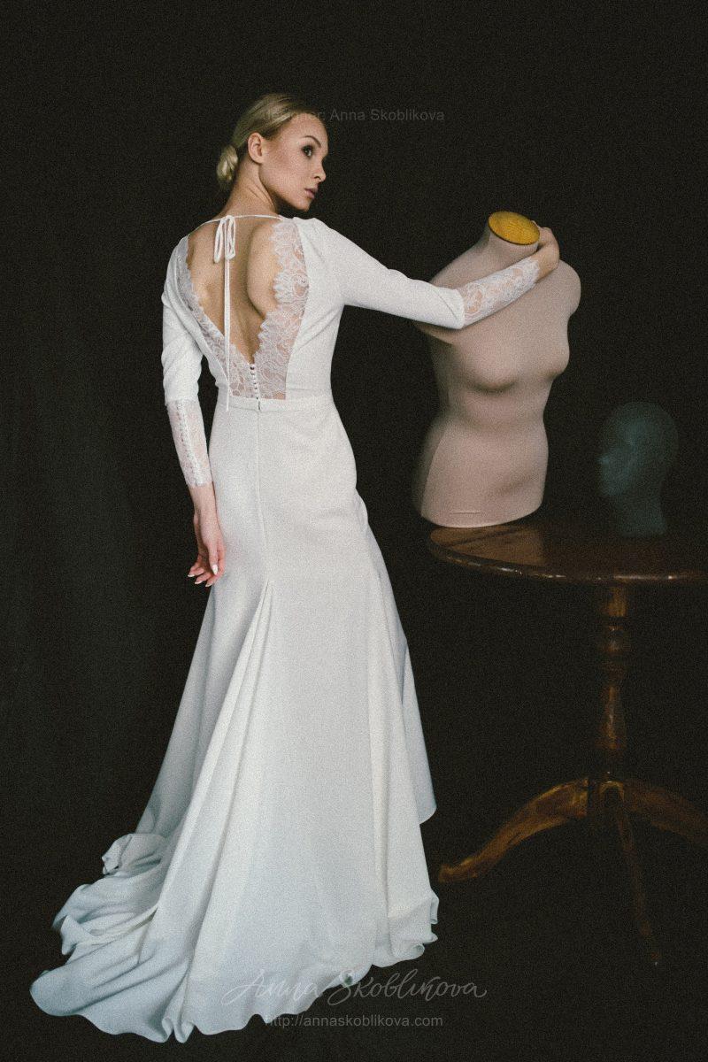 Свадебное платье из костюмного крепа и кружева Шантильи от Anna Skoblikova