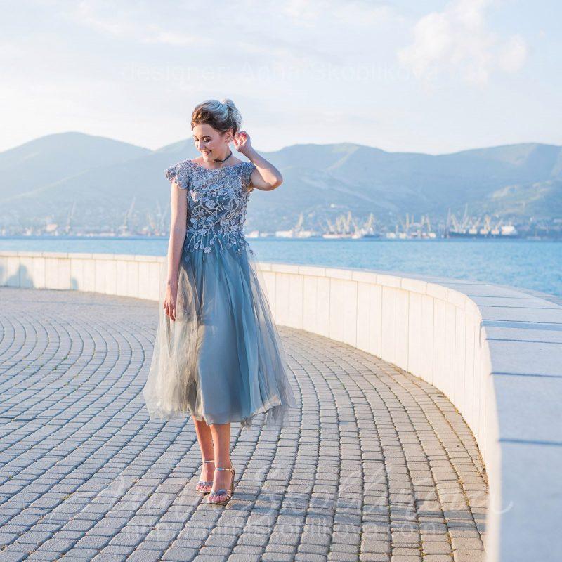 Вечернее платье серо-зеленого цвета с вышивкой ручной работы от Anna Skoblikova