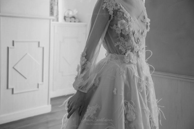 Фото 11: Свадебное платье Enigma, отличает объемная вышивка перьями и цветами - Anna Skoblikova