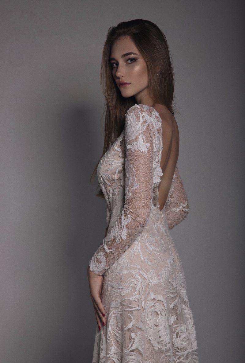 Фото 12: Свадебное платье с фактурой из роз созданной вручную - MEDEA