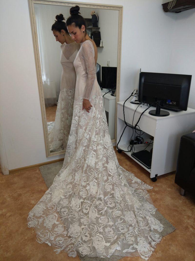 Фото 11: Свадебное платье с фактурой из роз созданной вручную - MEDEA