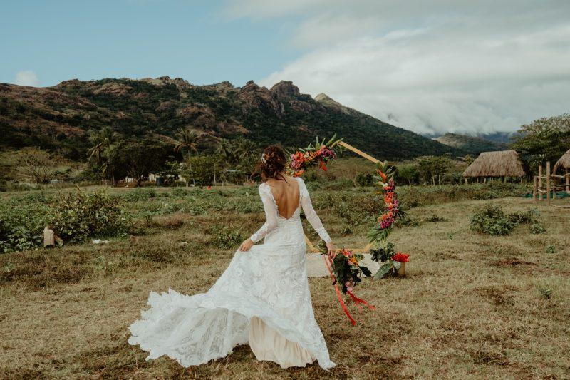 Фото 3: Свадебное платье с фактурой из роз созданной вручную - MEDEA