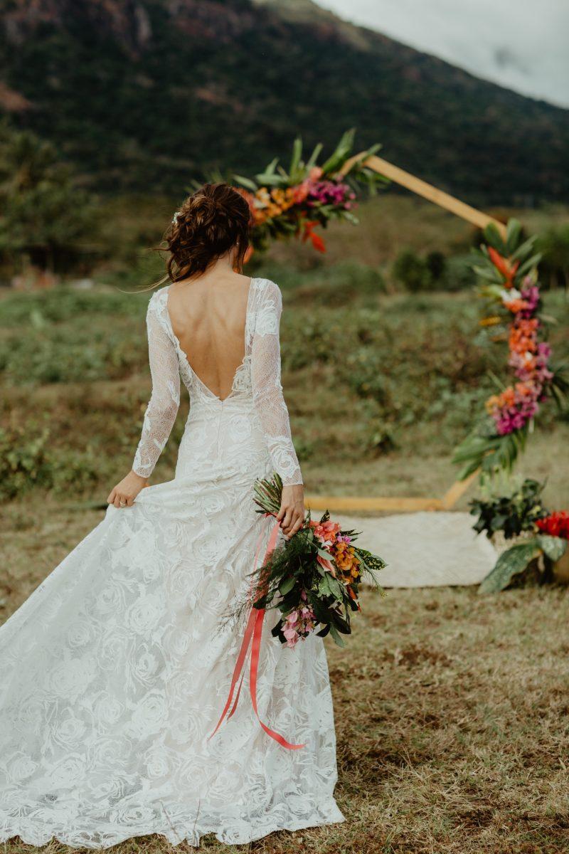 Фото 4: Свадебное платье с фактурой из роз созданной вручную - MEDEA